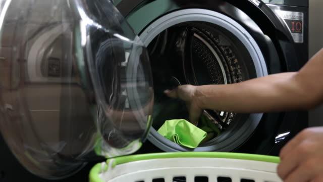 stockvideo's en b-roll-footage met dagelijkse karweitjes: man wasserij thuis - alleen één mid volwassen man