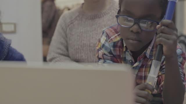 stockvideo's en b-roll-footage met dagelijks leven van een kind: huiswerk thuis met moeder - hangen