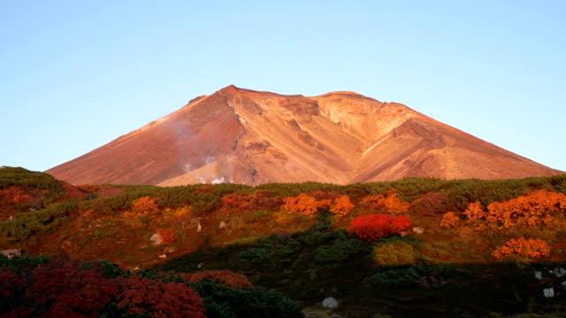 daisetsuzan national park.  vy över toppen av mount asahidake. - hokkaido bildbanksvideor och videomaterial från bakom kulisserna
