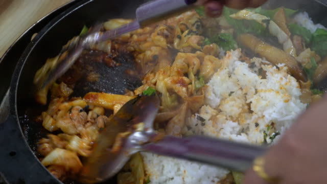 vídeos de stock e filmes b-roll de dak galbi-comida coreana - comida asiática