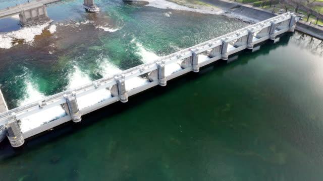 vídeos y material grabado en eventos de stock de vista aérea de dam lake - generadores