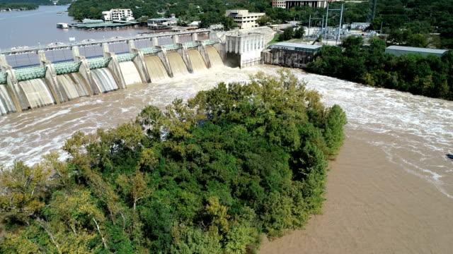dam-releases hochwasser flussabwärts entlang dem kolorado fluß in austin texas - staudamm stock-videos und b-roll-filmmaterial
