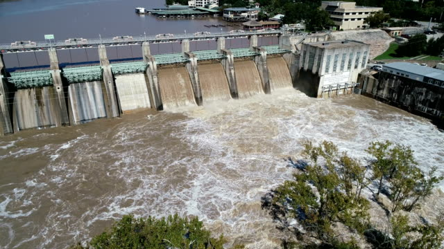 dam-releases hochwasser in austin, texas historischen überschwemmungen ereignis - staudamm stock-videos und b-roll-filmmaterial