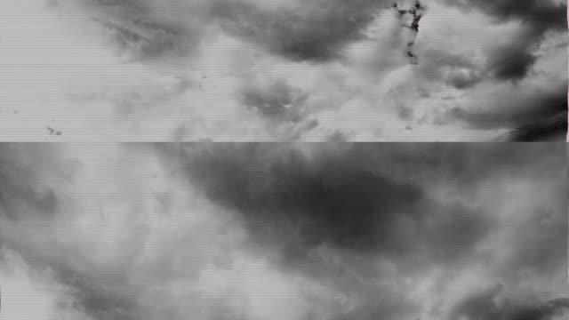 vídeos de stock, filmes e b-roll de transmissão danificada da televisão de nuvens de tempestade moventes rápidas - contorcido