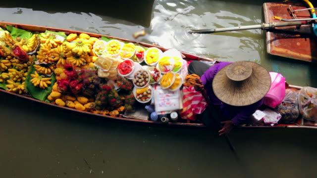 damnoen saduak, ratchaburi provins, thailand, turister på båtarna rider på damnoen saduak flytande marknaden - thailand bildbanksvideor och videomaterial från bakom kulisserna