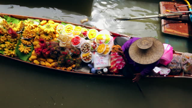 damnoen saduak, ratchaburi province, thailand, tourists on the boats rides at the damnoen saduak floating market - tajlandia filmów i materiałów b-roll