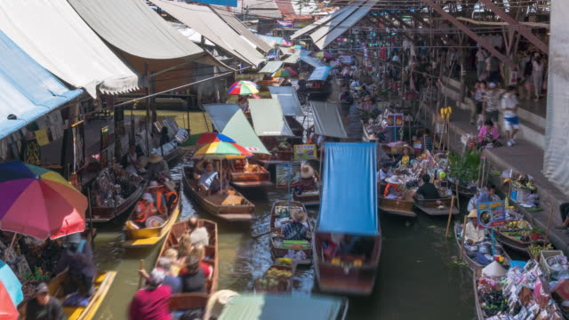 Damnoen Saduak, the most famous traditional floating market and cultural tourist destination, Ratchaburi, Thailand; zoom out - Time-lapse
