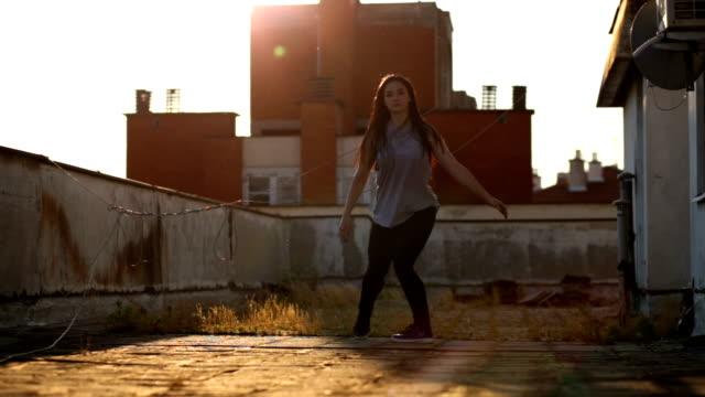 ダンス フィットネス トレーニング - 屋根点の映像素材/bロール