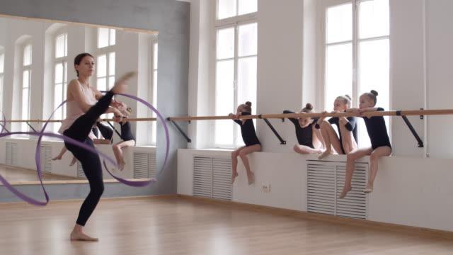 リボンでフーエットをするダンス教師 - バレエ点の映像素材/bロール