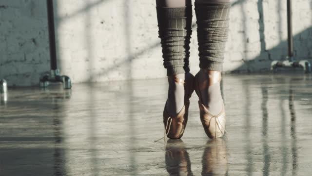 dansare balansera på tå i balett studio - på tå bildbanksvideor och videomaterial från bakom kulisserna