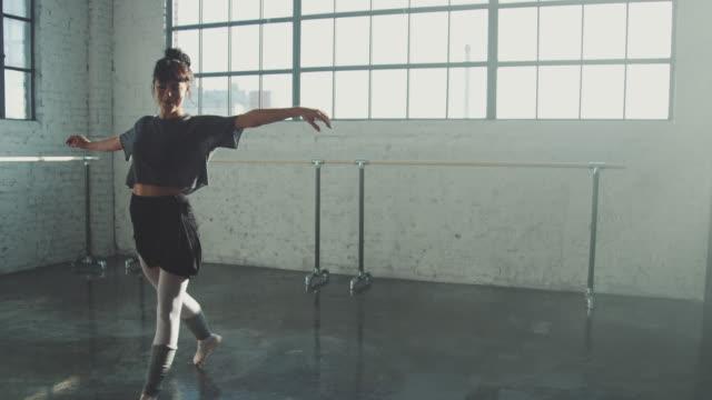 vídeos de stock, filmes e b-roll de dançarino que gira ao praticar o bailado no estúdio - bailarina
