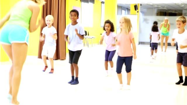 vídeos y material grabado en eventos de stock de bailarinas que practican rutina de baile con coreógrafas femenina - coordinación