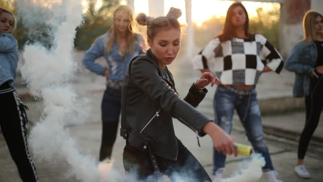 dansare med rökbomb - street dance bildbanksvideor och videomaterial från bakom kulisserna