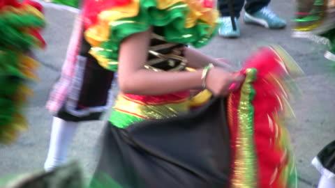 hd: ballare in un carnevale - culture video stock e b–roll