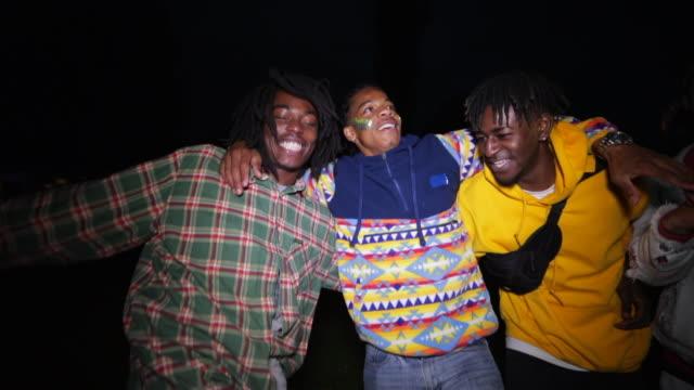 vídeos de stock, filmes e b-roll de dançar em um festival - clubbing