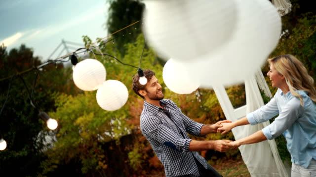 tanzen auf einer gartenparty. - terrasse von menschen geschaffener raum stock-videos und b-roll-filmmaterial