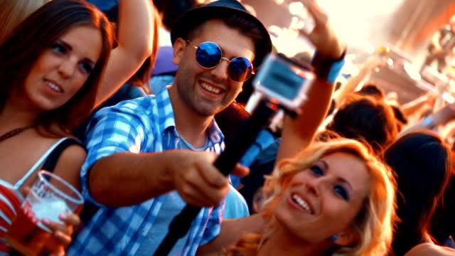 tanzen beim konzert. - spring break stock-videos und b-roll-filmmaterial