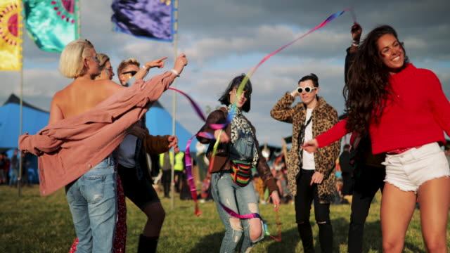 beim festival tanz - musikfestival stock-videos und b-roll-filmmaterial