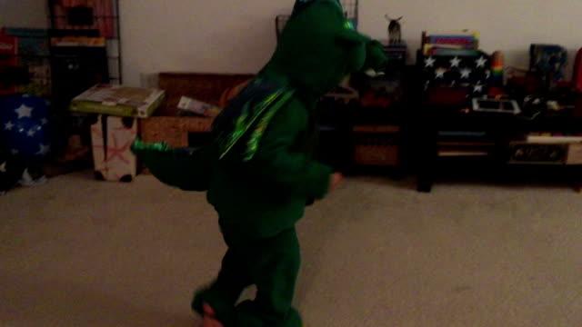 Dancing Boy Wearing Dragon Costume Got Dizzy ビデオ