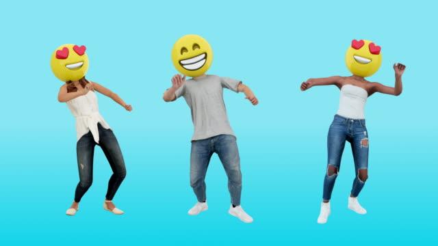 tanzende paar mädchen und junge genießen event mit am wochenende feier - smiley stock-videos und b-roll-filmmaterial