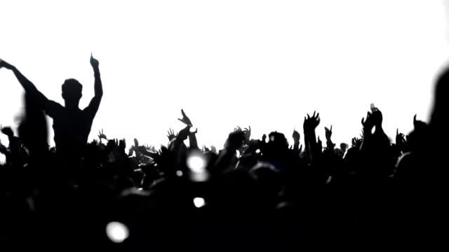 vídeos de stock e filmes b-roll de multidão dança - retroiluminado