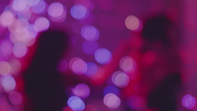 dansande flicka i en nattklubb (oskärpa) - dansbana bildbanksvideor och videomaterial från bakom kulisserna