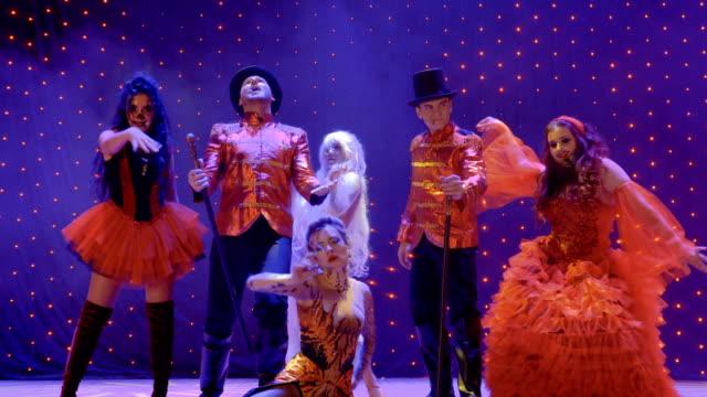 stockvideo's en b-roll-footage met groep freaks dansen op het podium in theater - vetschmink
