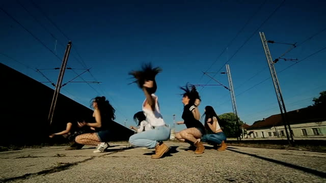 gruppo hip hop danzante, tiro dolly - hip hop video stock e b–roll