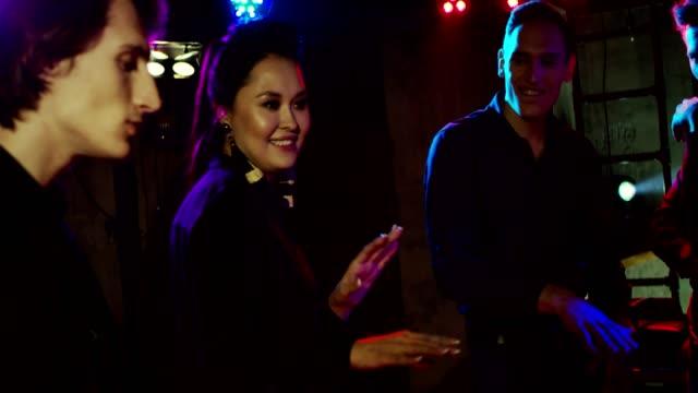 vídeos de stock, filmes e b-roll de dançando em discoteca - festas no escritório