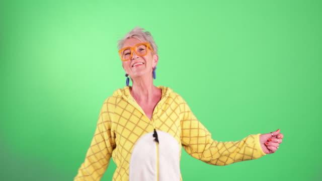 vídeos de stock e filmes b-roll de dancing in a onesie - old lady