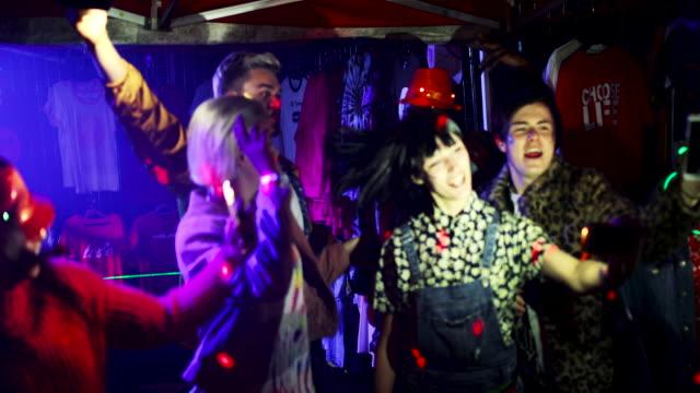 춤 축제 천막에서 - 속 편함 스톡 비디오 및 b-롤 화면