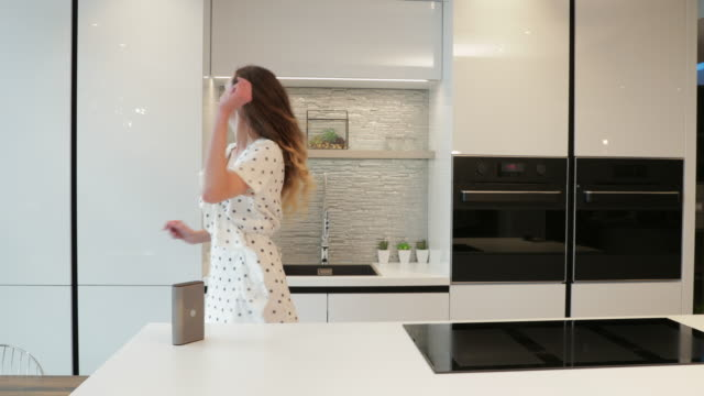 dancing in the kitchen - assistente virtuale video stock e b–roll