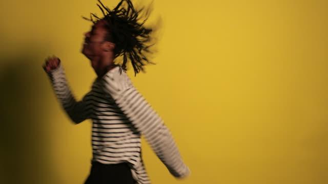 tanzen im studio - aufregung stock-videos und b-roll-filmmaterial