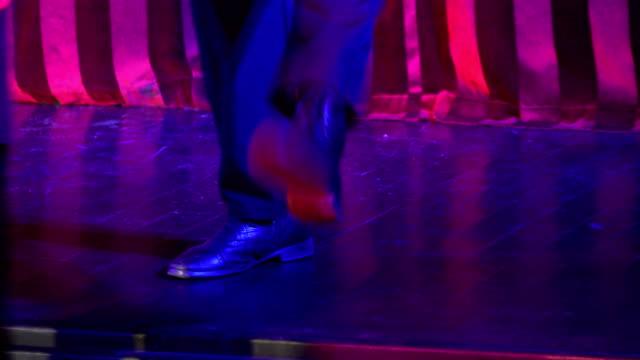 vídeos de stock, filmes e b-roll de pernas dançantes em 4k - arte, cultura e espetáculo