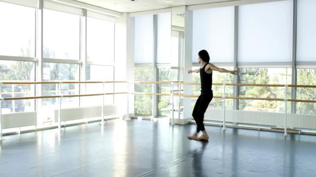 dansande man modern balettdansare utför dans i studio - piruett bildbanksvideor och videomaterial från bakom kulisserna