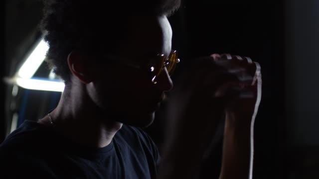 vídeos de stock, filmes e b-roll de homem misturado-raça da dança - clubbing