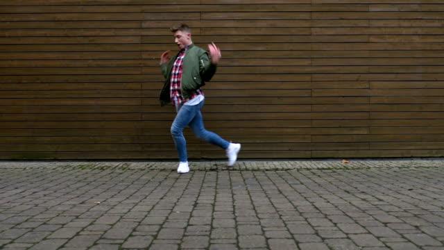dans på asfalterad väg framför trävägg - jeans bildbanksvideor och videomaterial från bakom kulisserna