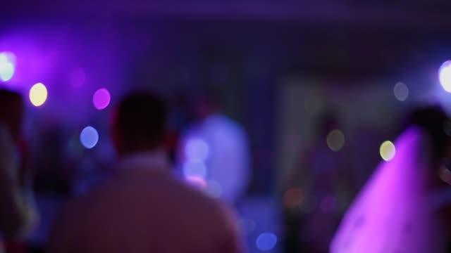Gente baila en desenfoque, bokeh suave - vídeo