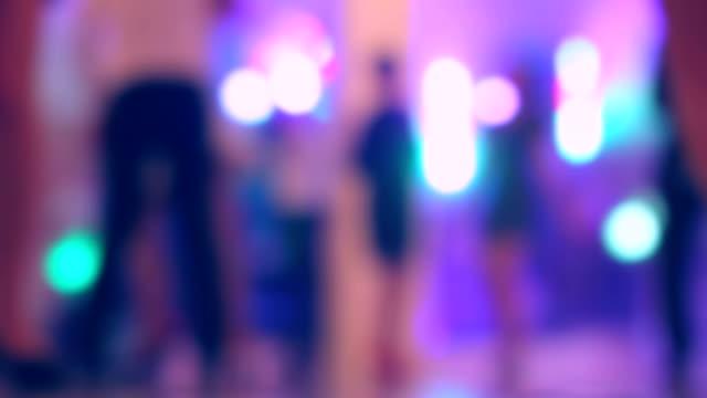 Baile personas, nuevo año 2016, una boda, una fiesta, desenfocado - vídeo