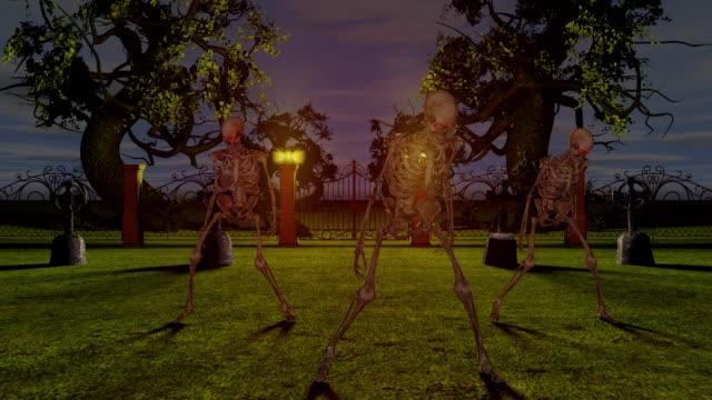 geceleri mezarlıkta dans eden iskeletler. cadılar bayramı konsepti. - i̇nsan i̇skeleti stok videoları ve detay görüntü çekimi