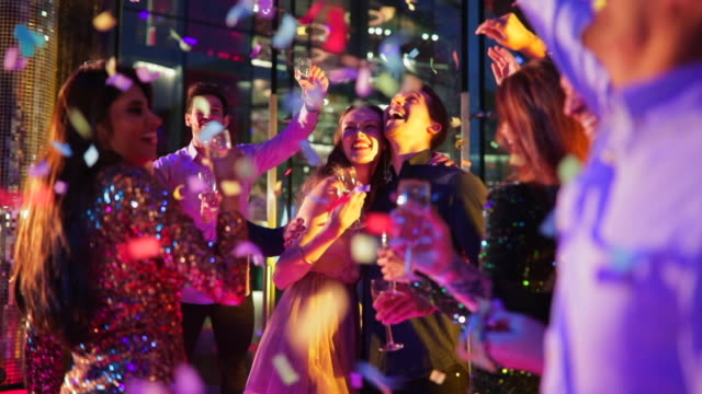 vidéos et rushes de danser toute la nuit - soirées habillées