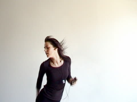 tanz mit meinen mp3-player - kürzer als 10 sekunden stock-videos und b-roll-filmmaterial