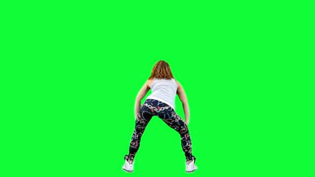 vidéos et rushes de danse femme isolé sur le green - twerk