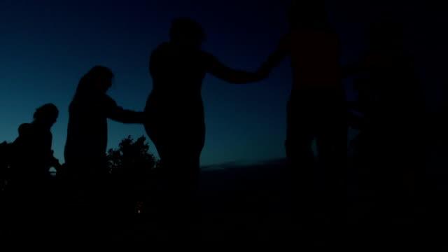 ダンスを踊る若者は、夜の空の下で屋外 ビデオ