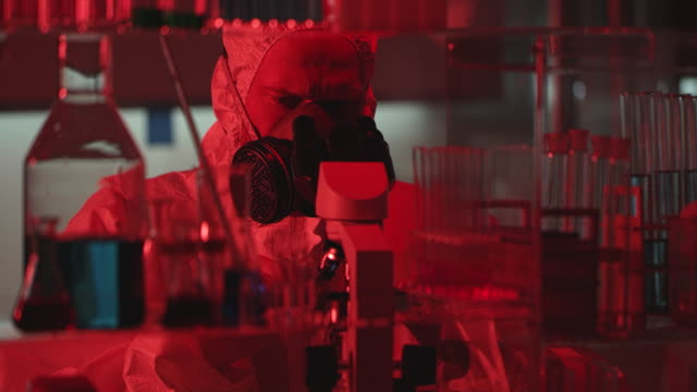 laboratuvarda tehlike kırmızı alarmı - covid vaccine stok videoları ve detay görüntü çekimi