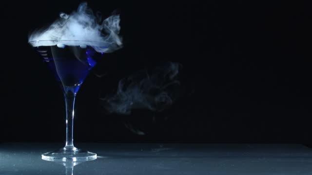 stockvideo's en b-roll-footage met dangerous martini 08l - martiniglas