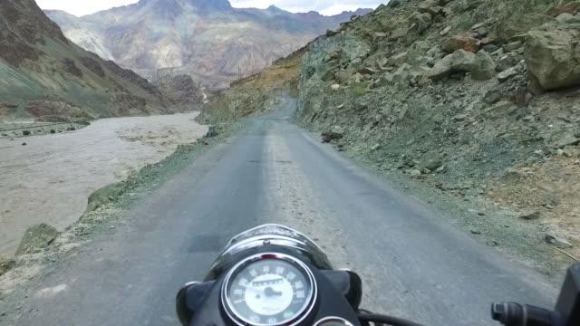 インドゥアの北で危険なオートバイに乗る - 叙情的な内容点の映像素材/bロール