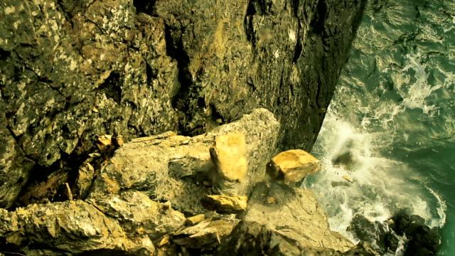 vídeos de stock, filmes e b-roll de perigoso gelo cair para o mar de penhasco - penedo