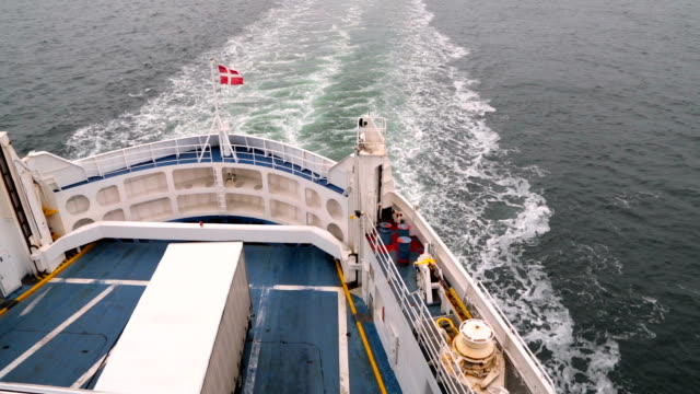 vídeos de stock e filmes b-roll de danish flag fluttering in the wind on the ship - transatlântico
