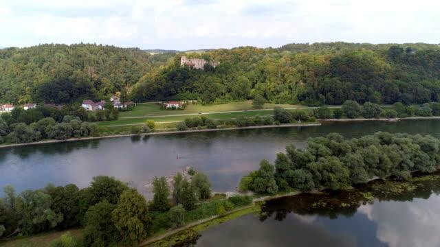Donau und Burg Ruine Hilgarstberg in der Nähe von Vilshofen In Bayern – Video
